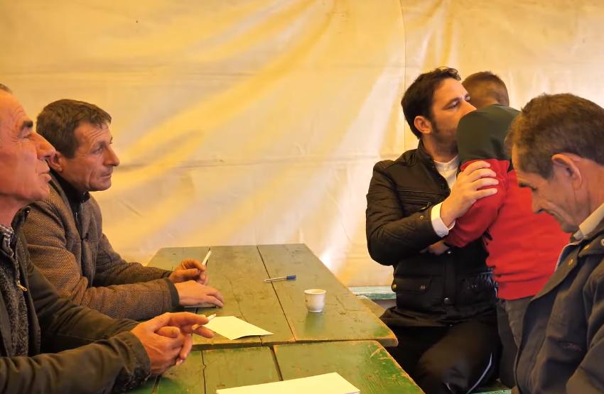 Elvisi takon burrin i cili humbi 6 familjarë në tërmet: I mbaja shënim me laps të vdekurit