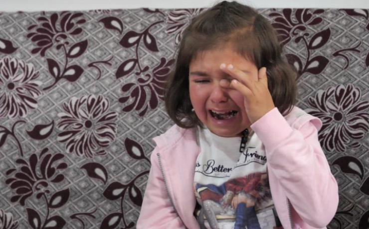 Elvis Naçi çon Argitën në spital, vogëlushes me skoliozë i duhen duhen 10 operacione