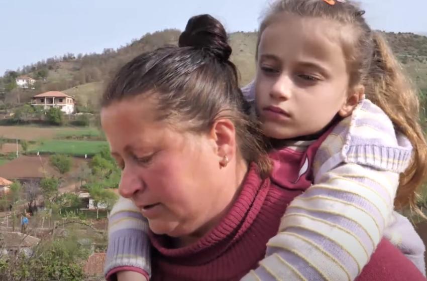 """""""Mos më lër këtu"""" E paralizuar nga këmbët, por vogëlushja e jep një mësim të bukur për shqiptarët"""