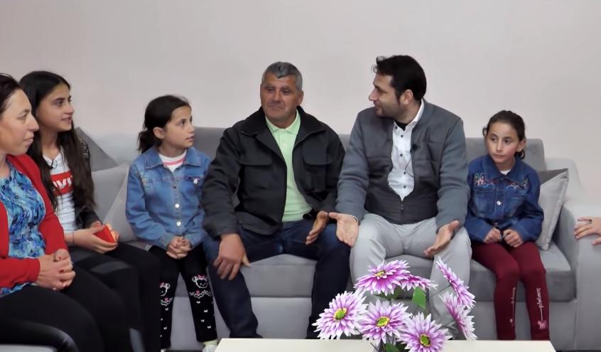 Shqiptarët lumturojnë familjen Misku, u dhurojnë shtëpi të re