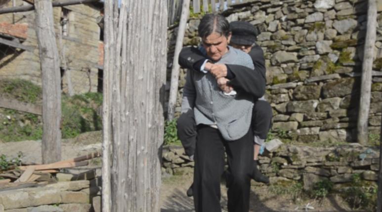 Të vetmuar luten për një çati, 'Shqiptarët për Shqiptarët' plotëson ëndrrën e të moshuarve