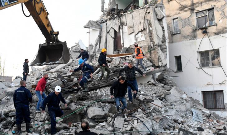 Mësuesja e gjuhës shqipe në Itali, telefonon live e jep këtë donacion për të prekurit nga tërmeti