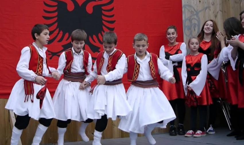 """""""Ta dinë kush janë shqiptarët"""" Një shkollë për gjuhën shqipe në zonën e njohur të Athinës"""