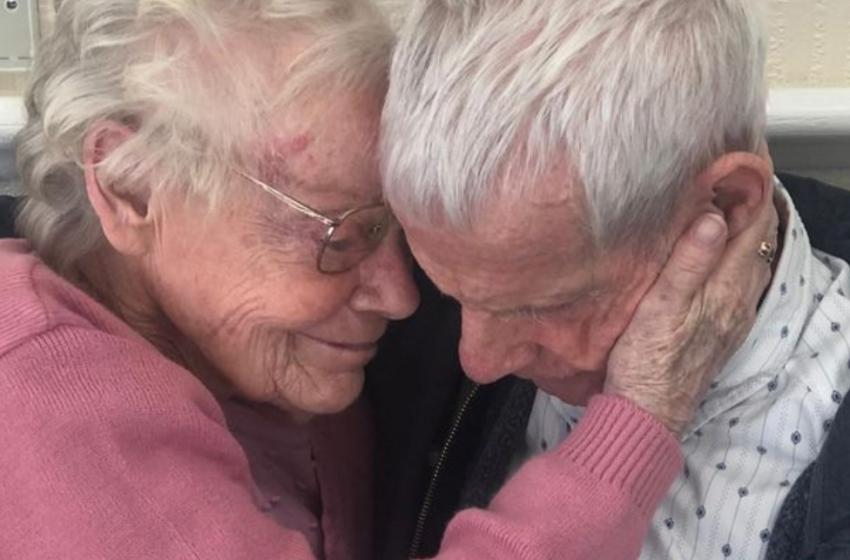 Në dhomë qajnë të gjithë, çifti i të moshuarve ribashkohet pas një viti larg njëri- tjetrit