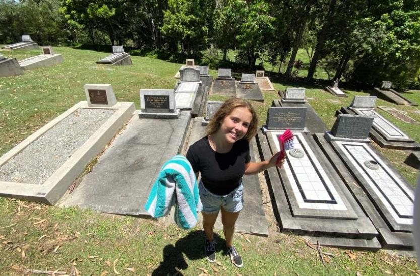 Historia e pazakontë e 12 vjeçares që pastron varre: Në fillim kisha frikë, tani punën e bëj me qejf