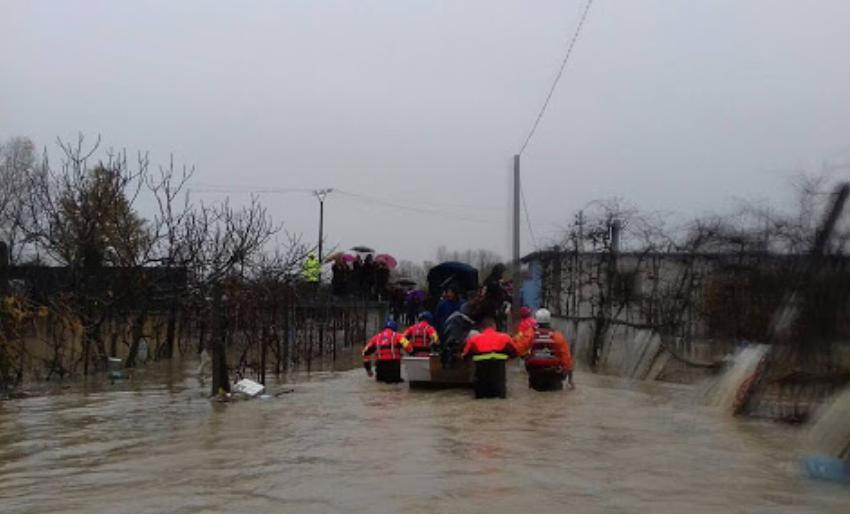 5 vjeçarja nxirret me varkë nga fshati i përmbytur në Shkodër