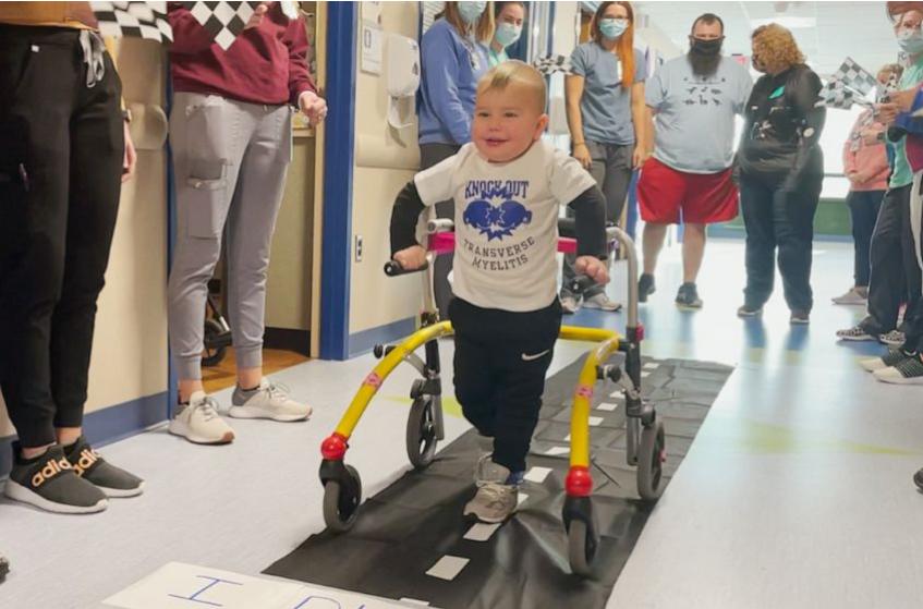 Momente emocionale, 2 vjeçari i paralizuar nga sëmundja ecën sërish
