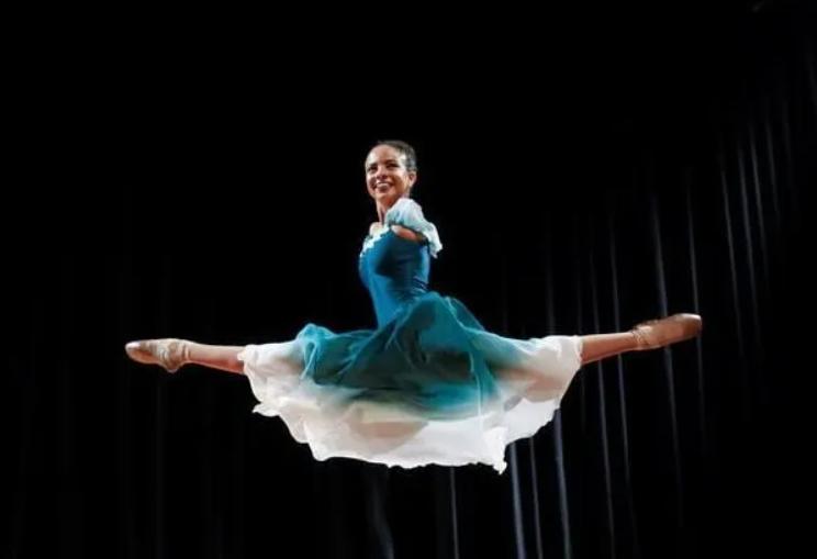 """""""Njerëzit rreshtohen për ta parë"""" Historia e 16 vjeçares që lindi pa krahë dhe u bë balerinë"""