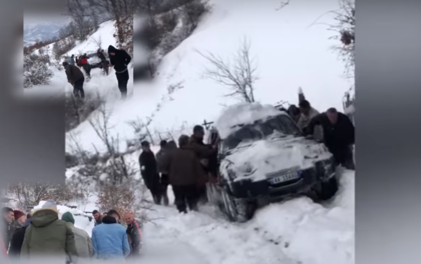 Banorët e fshatit shtyjnë makinën për të çuar të moshuarën në spital, ajo ndërron jetë rrugës