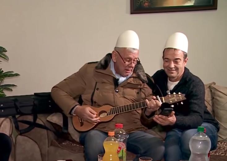Shkon me plis dhe këndon 'xhamadanin', gjermani që bëri bamirësi për familjen nga Podujeva