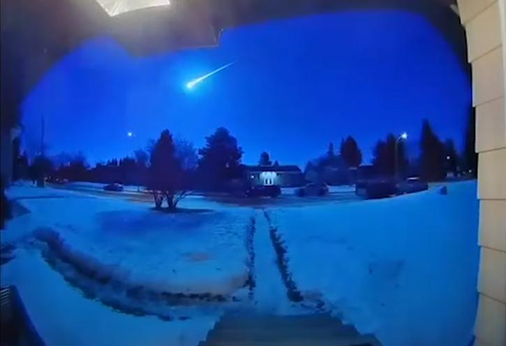 Nata bëhet ditë! Pamjet spektakolare të një copëze komete që 'vizitoi' nga afër disa qytete