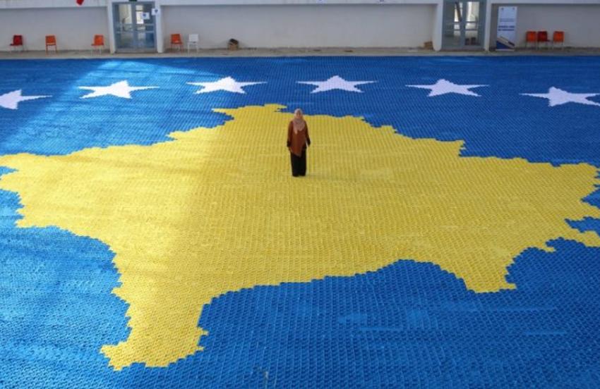 """""""Ia dedikoj dëshmorëve"""" Mësuesja finalizon flamurin 1.216 m² të Kosovës"""