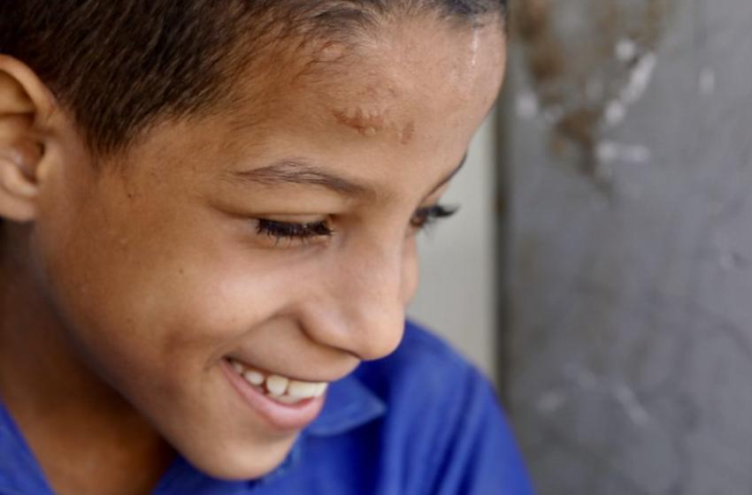 Kur nuk vjen mësuesi, ky 9 vjeçar i verbër u mëson vogëlushëve Kur'anin dhe shkencat