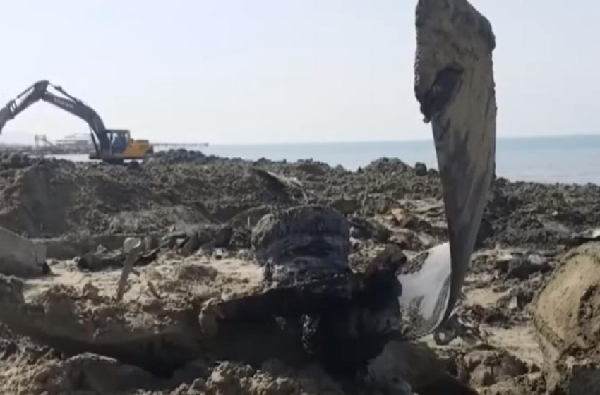 Një avion luftarak i shekullit të shkuar nxirret nga rëra e plazhit  të Durrësit