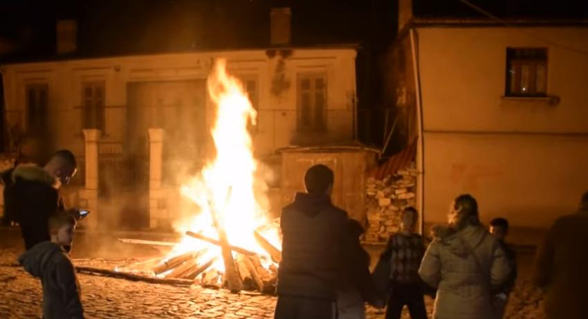 Festa ndryshe e Korçës, dimrin e 'largojnë' mes zjarreve