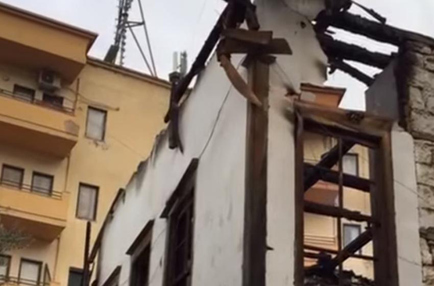 Zjarri shkrumbon banesat në Berat, një burrë ndërron jetë! Dyshime se ka vdekur i biri me mikun e tij