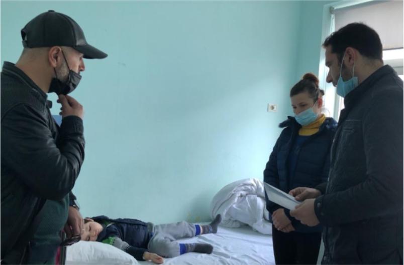 """""""Lutu për djalin, Zoti ta shërojë"""" Elvis Naçi i plotëson ëndrrën nënës me djalin me tumor"""