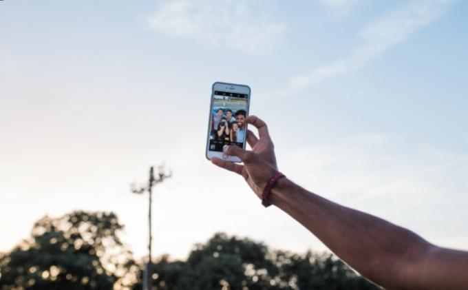 """""""Pasioni vrasës"""" Si po e humbin jetën qindra të rinj e të reja për një 'selfie'"""