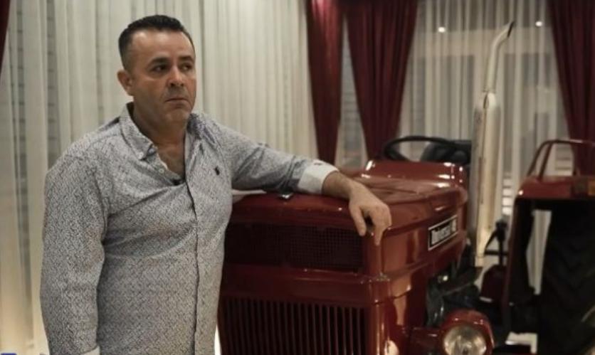 Shqiptari mban traktorin e të atit në dhomë: Na rriti me të, për mua është e çmueshme