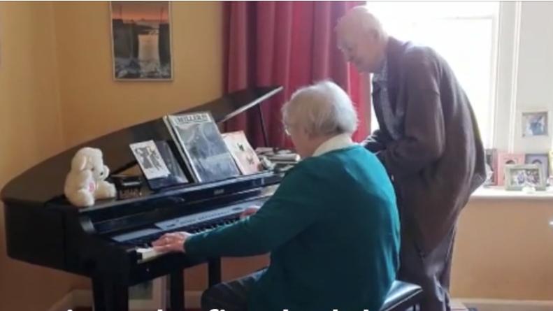Një dashuri që zgjat 60 vite… gruaja luan pianon, i shoqi kërcen