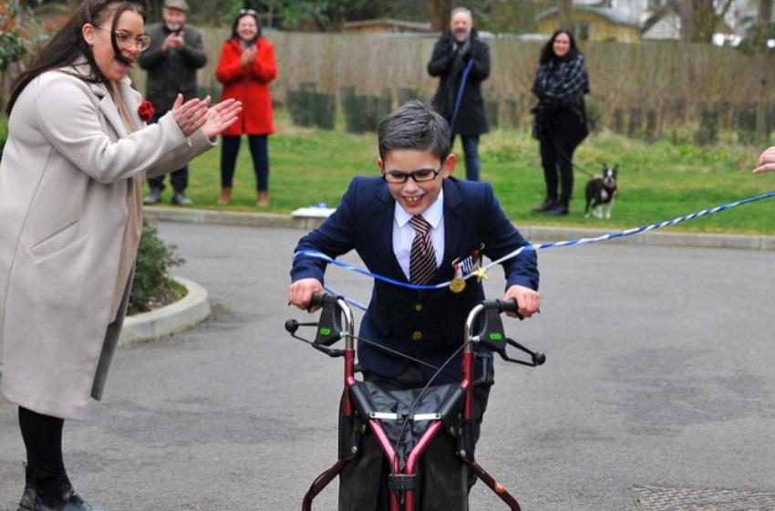 8 vjeçari i sëmurë ndjek shembullin e heroit të tij, ecën me kilometra për të bërë bamirësi