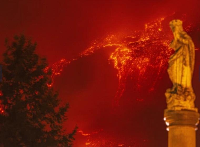 Mali Etna ndez në të kuqe qiellin e Siçilisë, pamje mbresëlënëse