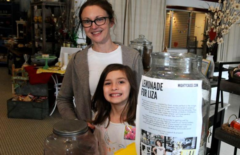 7 vjeçarja qe shet limonadë për të mbledhur para për operacionin e saj në kokë