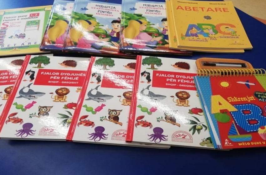 """""""Na bën të lumtur kjo lëvizje"""" Bashkia e Hanias në Greqi sjell libra falas për fëmijët shqiptarë"""