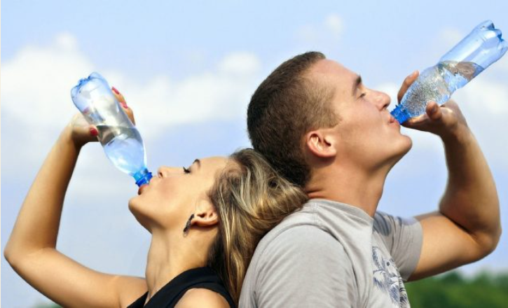 Pse nuk duhet ta pini ujin në këmbë, shkurt dhe qartë!