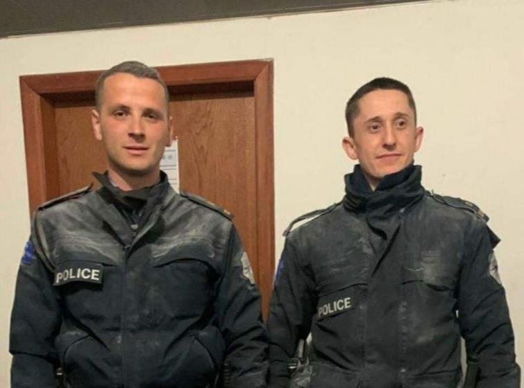 Pa e menduar dy herë, këta dy policë hyjnë në ndërtesën në flakë për të shpëtuar banorët