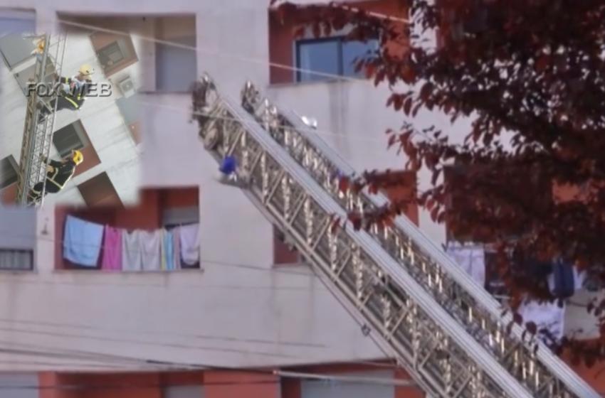 Zjarr në garazhin e një pallati në Tiranë, momenti kur zjarrfikësi shpëton foshnjen