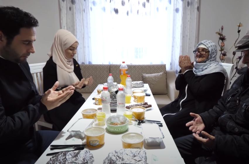 I shtrojnë iftarin në shtëpinë e re, Elvisi e Fatma mahniten nga lutjet e nënë Hajries