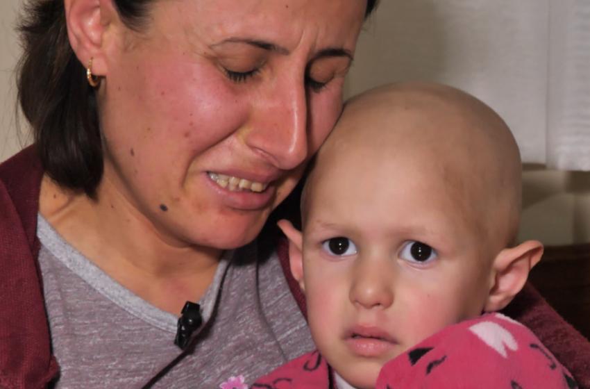 """""""Ndihmë ju lutem"""" Vajza 3 vjeçe me tumor, thirrja drithëruese e nënës drejt shqiptarëve"""