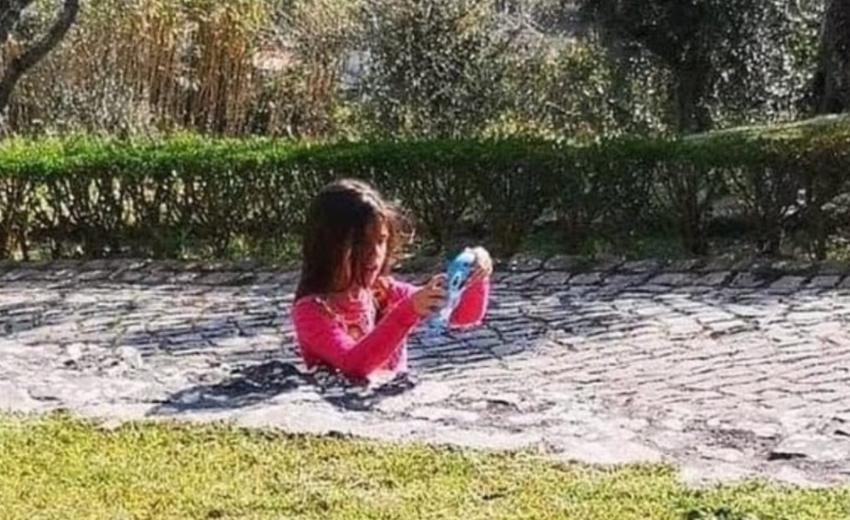 """Fotoja virale e vajzës """"së zhytur"""" në çimento"""