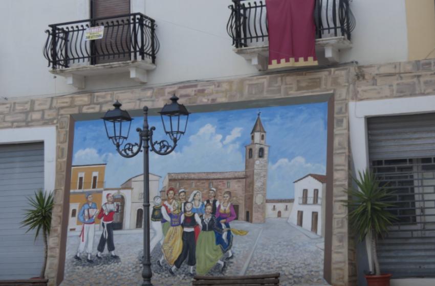 Një qytezë në Italinë jugore, mbushur përlot me murale me figurat e simbolet tona kombëtare
