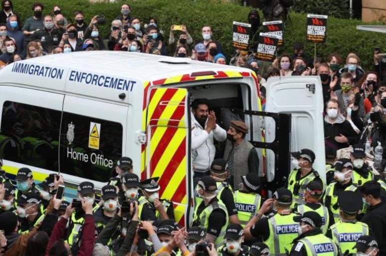 Donin t'i dëbonin në ditën e Fiter Bajramit, qindra skocezë detyrojnë policinë të lirojë dy emigrantët