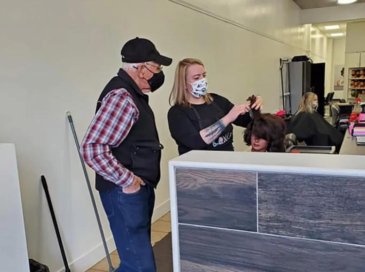 E shoqja po humb shikimin… ky 79 vjeçar shkon në kurs parukerie për të mësuar si t'i krehë flokët