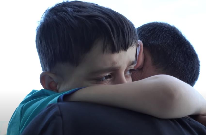 Lorenci niset në Itali për të mundur tumorin në kokë, momente përlotëse kur përqafohet me babanë
