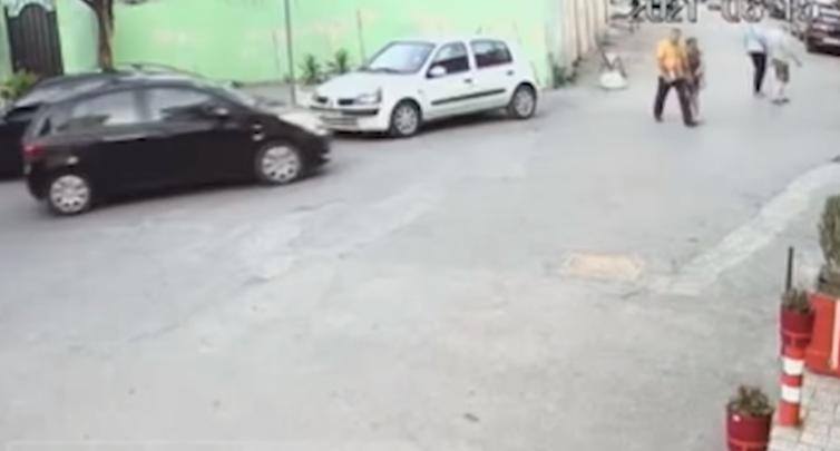 Pamje të trishta, çifti i të moshuarve përplaset nga makina, shoferi ikën nga vendngjarja