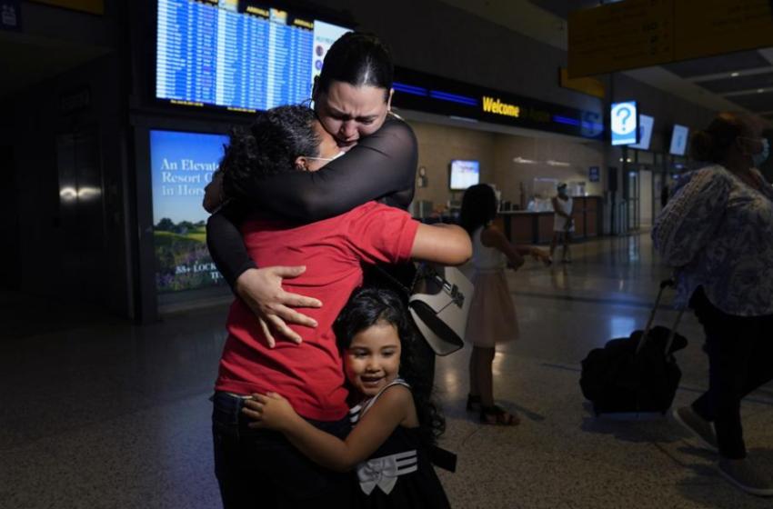 Video emocionale! 6 vite pa u parë, momenti kur nëna përqafon të bijën