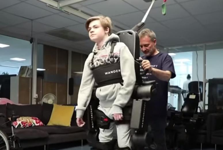 Dashuria e një babai për të birin e paralizuar, krijon një 'robot' që ai mund të ecë