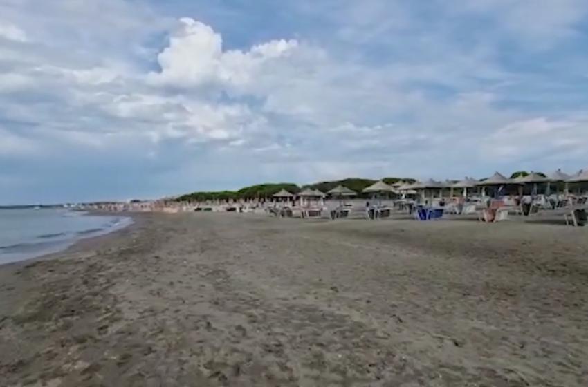 Reshjet përfshijnë Shqipërinë, kjo është panorama në plazhet e Durrësit dhe Velipojës