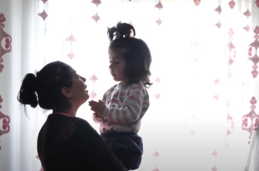 Sëmundja i deformoi trupin… por shikoni sesi është sot 3 vjeçarja, që u shpëtua nga shqiptarët