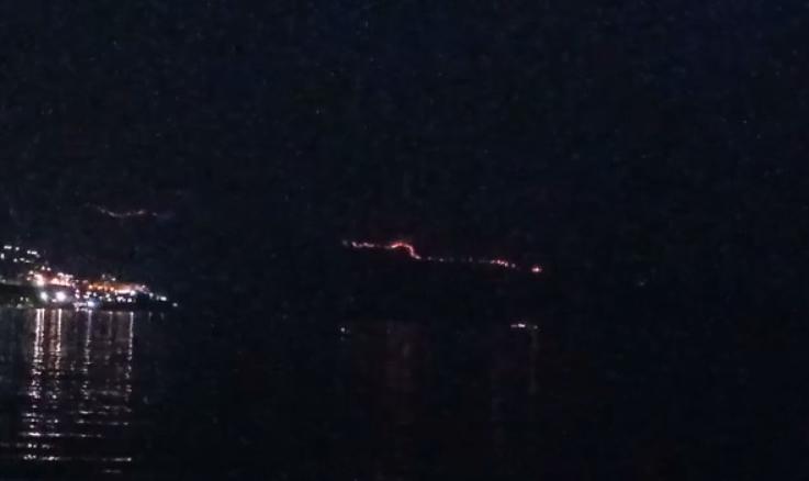 Shikoni flakët në Karaburun, zjarret vijojnë të djegin dhjetëra ha toka e pyje