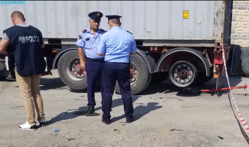 Durrës, shpërthimi i gomës së kamionit i merr jetën punonjësit 20 vjeçar në Durrës