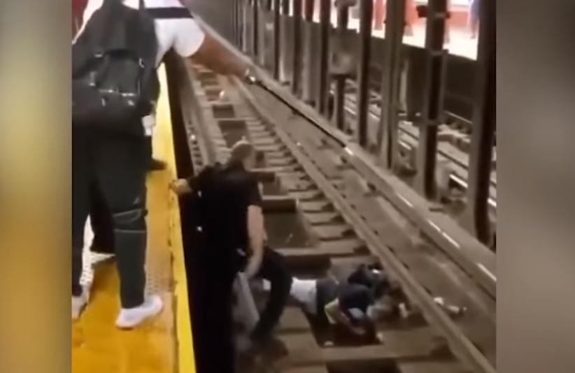 Momente dramatike, oficeri me qytetarin i shpëtojnë jetën burrit që ra pa ndjenja në hekurudhë
