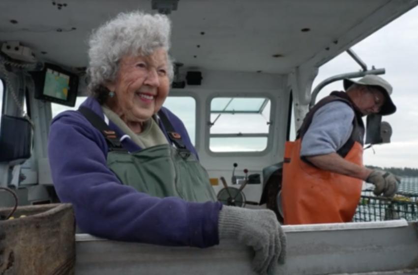 Kur puna të mban gjallë, 101 vjeçarja del në det me të birin 78 vjeçar për të peshkuar