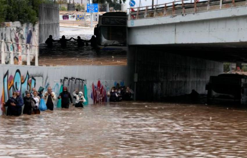 Pamjet video, pasagjerët e autobusit bëhen bashkë për të shpëtuar nga uji