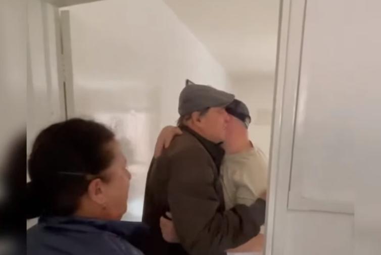 6 vite pa u takuar, momenti kur emigranti shqiptar përqafon babain dhe nënën