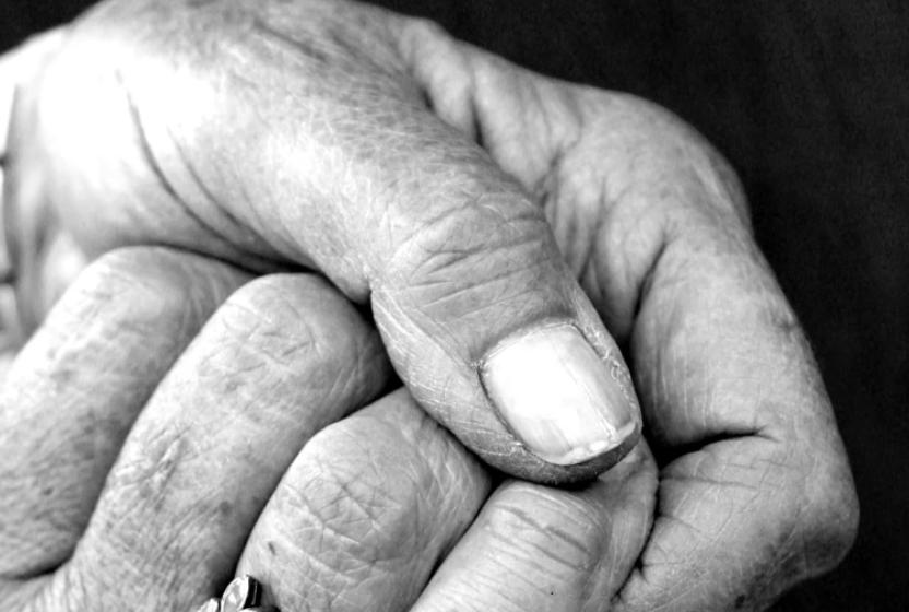 25 vjeçari qëllon të moshuarën 73 vjeçe… për t'i rrëmbyer varësen e floririt